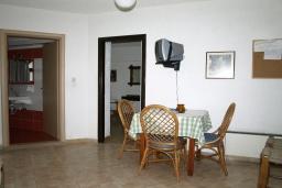 Гостиная. Греция, Миртос : Апартамент в комплексе с бассейном, с гостиной, отдельной спальней и балконом