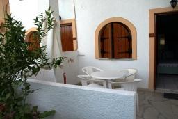 Балкон. Греция, Миртос : Апартамент в комплексе с бассейном, с гостиной, отдельной спальней и балконом