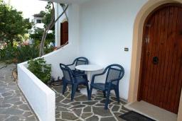 Терраса. Греция, Миртос : Апартамент в комплексе с бассейном, с гостиной, двумя спальнями, двумя ванными комнатами и балконом