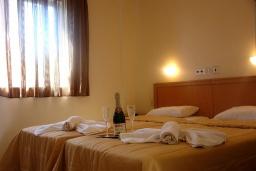 Спальня. Греция, Скалета : Апартамент в комплексе с бассейном, с гостиной, отдельной спальней и балконом