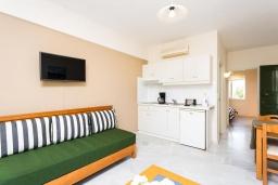 Гостиная. Греция, Скалета : Апартамент в комплексе с бассейном, с гостиной, отдельной спальней и балконом