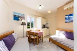 Гостиная. Греция, Скалета : Улучшенный апартамент в комплексе с бассейном, с гостиной, отдельной спальней и балконом с видом на море