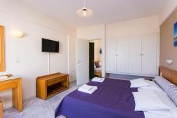 Спальня. Греция, Скалета : Улучшенный апартамент в комплексе с бассейном, с гостиной, отдельной спальней и балконом с видом на море