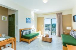 Кухня. Греция, Скалета : Апартамент в комплексе с бассейном, с гостиной, двумя спальнями и балконом с видом на море