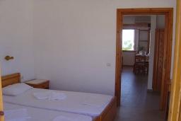 Спальня. Греция, Иерапетра : Апартамент с гостиной, отдельной спальней и балконом с видом на море, в 100 метрах от пляжа