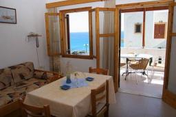 Гостиная. Греция, Иерапетра : Апартамент с гостиной, отдельной спальней и балконом с видом на море, в 100 метрах от пляжа