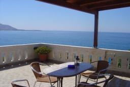 Балкон. Греция, Иерапетра : Апартамент с гостиной, отдельной спальней и балконом с видом на море, в 100 метрах от пляжа
