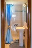 Ванная комната 2. Греция, Ретимно : Прекрасный апартамент с гостиной, тремя спальнями, двумя ванными комнатами, балконом с видом на море