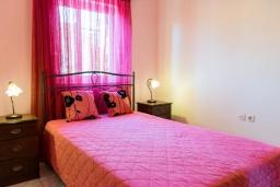 Спальня. Греция, Ретимно : Прекрасный апартамент с гостиной, тремя спальнями, двумя ванными комнатами, балконом с видом на море