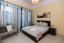 Спальня. Греция, Ретимно : Двухуровневый мезонет с гостиной, тремя спальнями, двумя ванными комнатами и балконом с видом на море, 50 метров до пляжа