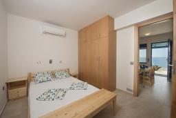 Спальня. Греция, Превели : Прекрасный апартамент в 50 метрах от пляжа, с гостиной, отдельной спальней и террасой с видом на море