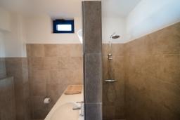 Ванная комната. Греция, Превели : Прекрасный апартамент в 50 метрах от пляжа, с гостиной, отдельной спальней и террасой с видом на море