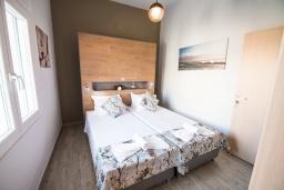 Спальня. Греция,  Ханья : Прекрасный апартамент в 100 метрах от пляжа, с гостиной, двумя спальнями, двумя ванными комнатами и балконом