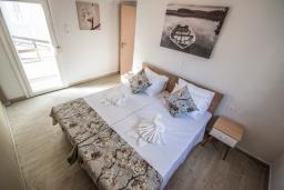 Спальня 2. Греция,  Ханья : Прекрасный апартамент в 100 метрах от пляжа, с гостиной, двумя спальнями, двумя ванными комнатами и балконом