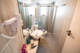 Ванная комната. Греция,  Ханья : Прекрасный апартамент в 100 метрах от пляжа, с гостиной, двумя спальнями, двумя ванными комнатами и балконом