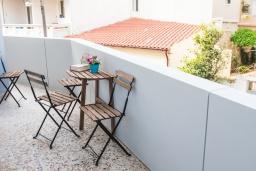 Балкон. Греция,  Ханья : Прекрасный апартамент в 100 метрах от пляжа, с гостиной, двумя спальнями, двумя ванными комнатами и балконом