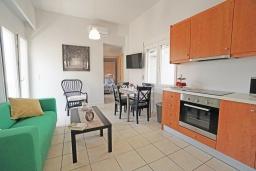 Гостиная. Греция,  Ханья : Прекрасный апартамент в 100 метрах от пляжа, с гостиной, двумя спальнями, двумя ванными комнатами и балконом