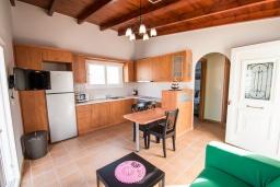 Кухня. Греция, Ханья : Прекрасный пентхаус 100 метрах от пляжа, с гостиной, отдельной спальней и большой террасой
