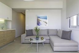 Гостиная. Греция, Ханья : Современный апартамент в комплексе с бассейном, в 50 метрах от пляжа, с гостиной, двумя спальнями и балконом с видом на море