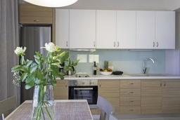 Кухня. Греция, Ханья : Современный апартамент в комплексе с бассейном, в 50 метрах от пляжа, с гостиной, двумя спальнями и балконом с видом на море