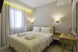 Спальня. Греция, Ханья : Современный апартамент в комплексе с бассейном, в 50 метрах от пляжа, с гостиной, двумя спальнями и балконом с видом на море