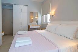 Спальня 2. Греция, Ханья : Современный апартамент в комплексе с бассейном, в 50 метрах от пляжа, с гостиной, двумя спальнями и балконом с видом на море