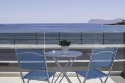 Балкон. Греция, Ханья : Современный апартамент в комплексе с бассейном, в 50 метрах от пляжа, с гостиной, двумя спальнями и балконом с видом на море