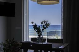 Обеденная зона. Греция, Ханья : Современный апартамент в комплексе с бассейном, в 50 метрах от пляжа, с гостиной, двумя спальнями и балконом с видом на море