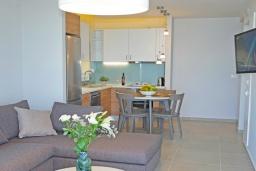 Гостиная. Греция, Ханья : Современный апартамент в комплексе с бассейном, в 50 метрах от пляжа, с гостиной, тремя спальнями, двумя ванными комнатми и балконом с видом на море