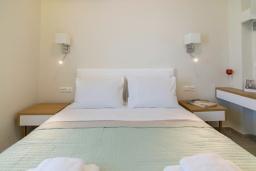 Спальня. Греция,  Ханья : Современный апартамент в комплексе с бассейном, в 50 метрах от пляжа, с гостиной, тремя спальнями, двумя ванными комнатми и балконом с видом на море