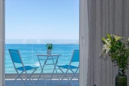 Балкон. Греция, Ханья : Современный апартамент в комплексе с бассейном, в 50 метрах от пляжа, с гостиной, тремя спальнями, двумя ванными комнатми и балконом с видом на море