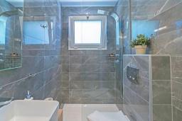 Ванная комната. Греция,  Ханья : Современный апартамент в комплексе с бассейном, в 50 метрах от пляжа, с гостиной, тремя спальнями, двумя ванными комнатми и балконом с видом на море