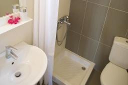 Ванная комната. Греция, Ваи : Прекрасный апартамент с гостиной, отдельной спальней и террасой с видом на море, в 30 метрах от пляжа