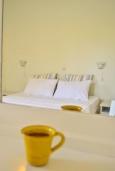 Спальня. Греция, Ваи : Прекрасный апартамент с гостиной, отдельной спальней и террасой с видом на море, в 30 метрах от пляжа