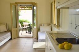 Гостиная. Греция, Ваи : Прекрасный апартамент с гостиной, отдельной спальней и террасой с видом на море, в 30 метрах от пляжа