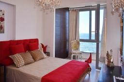 Спальня. Греция, Гувес : Роскошная вилла в 30 метрах от пляжа и с видом на море, 4 спальни, 3 ванные комнаты, тренажерный зал, зеленый дворик, парковка, Wi-Fi