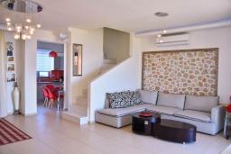 Гостиная. Греция, Гувес : Роскошная вилла в 30 метрах от пляжа и с видом на море, 4 спальни, 3 ванные комнаты, тренажерный зал, зеленый дворик, парковка, Wi-Fi