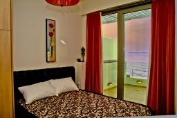 Спальня. Греция, Гувес : Роскошная вилла в 30 метрах от пляжа и с видом на море, 4 спальни, 3 ванные комнаты, игровая комната с бильярдом, зеленый дворик, парковка, Wi-Fi