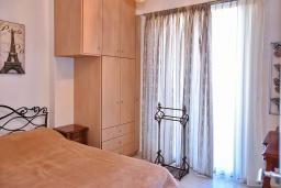 Спальня. Греция, Гувес : Роскошная вилла в 30 метрах от пляжа и с видом на море, 3 спальни, 3 ванные комнаты, зеленый дворик, парковка, Wi-Fi