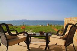 Терраса. Греция, Гувес : Роскошная вилла в 30 метрах от пляжа и с видом на море, 3 спальни, 3 ванные комнаты, зеленый дворик, парковка, Wi-Fi