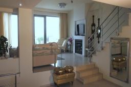 Гостиная. Греция, Гувес : Роскошная вилла в 30 метрах от пляжа и с видом на море, 3 спальни, 3 ванные комнаты, зеленый дворик, парковка, Wi-Fi