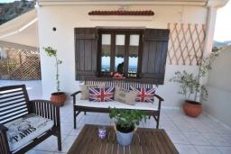 Терраса. Греция, Малеме : Уютный дом в 80 метрах от пляжа, 3 спальни, 2 ванные комнаты, терраса с видом на море, Wi-Fi