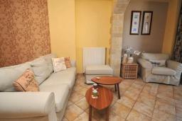 Гостиная. Греция, Малеме : Уютный дом в 80 метрах от пляжа, 3 спальни, 2 ванные комнаты, терраса с видом на море, Wi-Fi