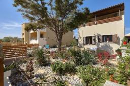 Фасад дома. Греция, Гувес : Прекрасная вилла в 50 метрах от пляжа с зеленым двориком, 3 спальни, 2 ванные комнаты, барбекю, парковка, Wi-Fi