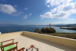 Терраса. Греция, Киссамос Кастели : Уютная вилла с зеленым двориком и видом на море, 2 спальни, парковка, Wi-Fi