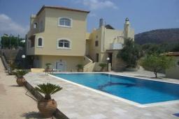 Фасад дома. Греция, Гувес : Роскошная вилла с бассейном и двориком с барбекю, 5 спален, 5 ванных комнат, парковка, Wi-Fi