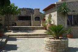 Территория. Греция, Гувес : Роскошная вилла с бассейном и двориком с барбекю, 5 спален, 5 ванных комнат, парковка, Wi-Fi