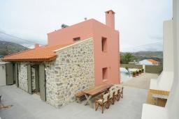 Фасад дома. Греция, Ретимно : Роскошная вилла с бассейном, двориком с барбекю и детской площадкой, 2 гостиные, 3 спальни, 3 ванные комнаты, парковка, Wi-Fi