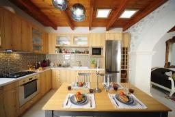 Кухня. Греция, Ретимно : Роскошная вилла с бассейном, двориком с барбекю и детской площадкой, 2 гостиные, 3 спальни, 3 ванные комнаты, парковка, Wi-Fi