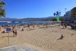 Ближайший пляж. Греция, Айос Николас : Апартамент в 30 метрах от пляжа, с гостиной, отдельной спальней и балконом